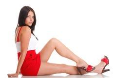 Femme en rouge se couchant sur l'étage   Photographie stock