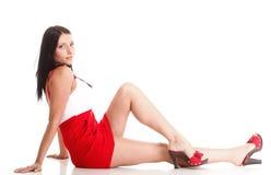 Femme en rouge se couchant sur l'étage   Images stock