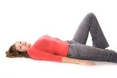 Femme en rouge étendant en fonction le dos Images stock