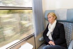 Femme en sommeil dans le repos fatigué par compartiment de train Photos libres de droits