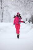 Femme en stationnement de l'hiver Image stock