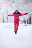 Femme en stationnement de l'hiver Images stock