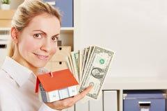 Femme en tant que vrai agent immobilier images stock