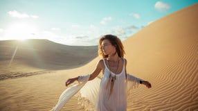 Femme en tournée de désert dans le coucher du soleil au Vietnam Images libres de droits