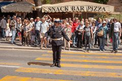 Femme en uniforme de police sur le devoir du trafic images libres de droits