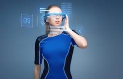 Femme en verres de la réalité virtuelle 3d avec des diagrammes Images stock