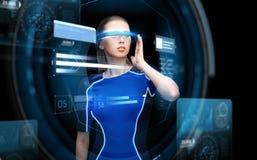 Femme en verres de la réalité virtuelle 3d avec des diagrammes Photos libres de droits