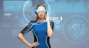 Femme en verres de la réalité virtuelle 3d avec des diagrammes Photographie stock