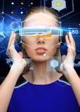 Femme en verres de la réalité virtuelle 3d avec des diagrammes Photos stock