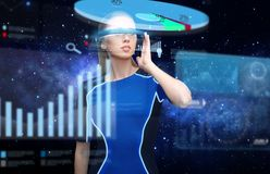 Femme en verres de la réalité virtuelle 3d avec des diagrammes Photo libre de droits