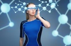 Femme en verres de la réalité virtuelle 3d avec des molécules Images stock