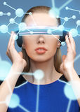 Femme en verres de la réalité virtuelle 3d avec des molécules Images libres de droits