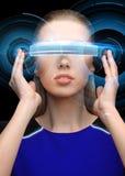 Femme en verres de la réalité virtuelle 3d avec l'hologramme Images libres de droits