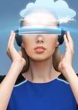 Femme en verres de la réalité virtuelle 3d avec le nuage Images libres de droits