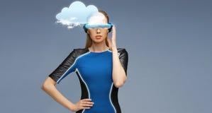 Femme en verres de la réalité virtuelle 3d avec le nuage Photographie stock