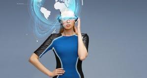 Femme en verres de la réalité virtuelle 3d avec la terre Images libres de droits