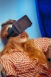 Femme en verres de réalité virtuelle Photo stock