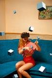Femme en verres de réalité virtuelle Images stock