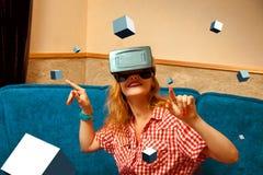 Femme en verres de réalité virtuelle Photographie stock