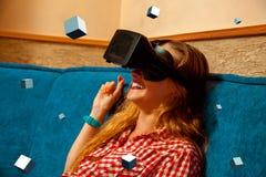 Femme en verres de réalité virtuelle Photos libres de droits