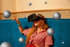 Femme en verres de réalité virtuelle Images libres de droits