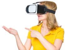 Femme en verres de VR photos stock