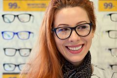 Femme en verres regardant à rire latéral photographie stock libre de droits