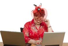 Femme en verres regardant fixement l'écran d'ordinateur portable images libres de droits