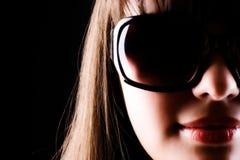 Femme en verticale de lunettes de soleil Photographie stock libre de droits