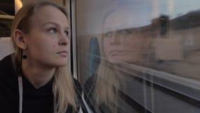 Femme en voyage ferroviaire Heure de penser et apprécier la vue banque de vidéos