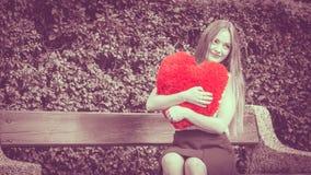Femme enamourée avec le grand coeur rouge Photo libre de droits