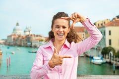 Femme encadrant avec des mains à Venise, Italie Photo libre de droits