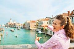Femme encadrant avec des mains tout en se tenant sur le pont Photo stock