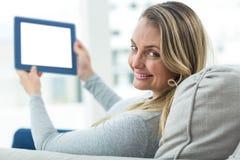 Femme enceinte à l'aide de la Tablette de Digital Photos libres de droits