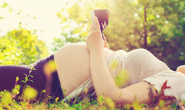Femme enceinte à l'extérieur Images libres de droits
