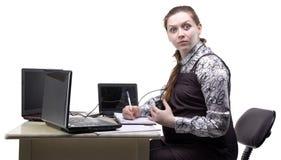 Femme enceinte étonnée de jeunes au travail photographie stock