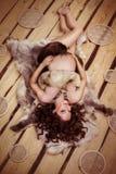 Femme enceinte attirante se trouvant sur la fourrure Images stock