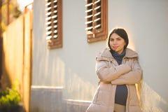 Femme enceinte au mur de Chambre Photographie stock libre de droits