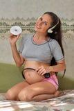 Femme enceinte avec des écouteurs Image stock