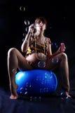 Femme enceinte avec des bulles de savon Images stock