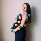 Femme enceinte avec des lanternes de Noël Photo libre de droits