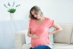 Femme enceinte avec douleur dorsale photographie stock