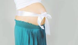 Femme enceinte avec la bande sur le ventre Photo stock