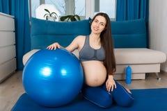 Femme enceinte avec la boule d'ajustement Image stock