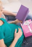 Femme enceinte avec la carte de voeux. Photos libres de droits