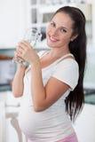 Femme enceinte avec la glace de l'eau. photographie stock