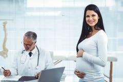 Femme enceinte avec le docteur à la clinique Image stock