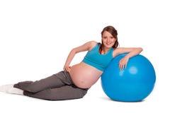 Femme enceinte avec le fitball Images libres de droits