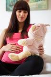 Femme enceinte avec le jouet Image stock