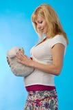 Femme enceinte avec le jouet de fourrure Photographie stock libre de droits